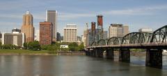 Portland Oregon näköala yli willamette joen keskustaan sisältää Hawthorne b Kuvituskuvat