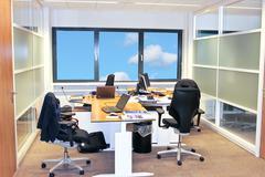 Office interior työskennellessään Kuvituskuvat