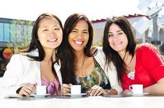 Ryhmä tyttöystäviä kahvilla Kuvituskuvat