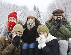 Joukko ystäviä vilustuminen ulkona talvella Kuvituskuvat