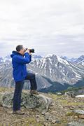 Valokuvaaja vuoristossa Kuvituskuvat