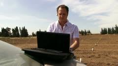 Guy työskentelevät alalla on kannettava tietokone. Arkistovideo