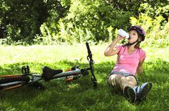 Teinityttö lepää puistossa pyörällä Kuvituskuvat