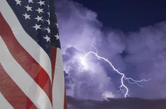 Teleobjektiivi kuva salamanisku aikana yöllä myrskyn Kuvituskuvat