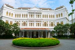 The raffles hotel in singapore, main entrance Stock Photos