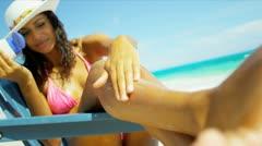 Tyttö käyttää Sun Protection Luxury Island Vacation Arkistovideo