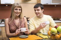 Muotokuva nuori mies ja nainen istuvat pöydän ääressä ja päivällisellä ki Kuvituskuvat
