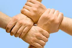 Kuva ristissä kädet eristetty yli sinisellä pohjalla Kuvituskuvat