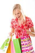 Muotokuva onnellinen älykäs nainen tutkii ostoskassit Kuvituskuvat