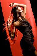 Muotokuva kaunis tanssija yllään tyylikäs musta mekko ja liikkuvat yli punainen BAC Kuvituskuvat