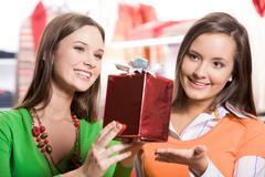 Muotokuva kaksi tyttöä valita lahjoja ennen joulua kauppakeskuksessa Kuvituskuvat