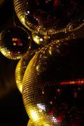 Pystykuva disco pallot kuohuviiniä pimeydessä Kuvituskuvat