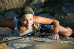 Kuva blondi nainen kiipeää kalliolle Kuvituskuvat