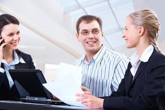Kuva älykäs nainen tilalla paperi kädessä kahden kollegansa katsot häntä wi Kuvituskuvat