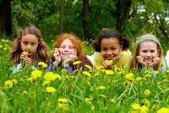 Muotokuva ystävällinen tyttöjen rentouttava puistossa kesäpäivänä Kuvituskuvat