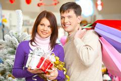 Muotokuva mies ja vaimo aikana ostoksia ennen joulua Kuvituskuvat