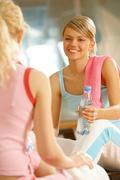 Kuva kahdesta teini-ikäistä tyttöä istuu urheilu kuntosali ja viestintä Kuvituskuvat