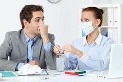 Kuva sairas liikemies kudoksen katselin hänen kollegansa maski dissolvin Kuvituskuvat