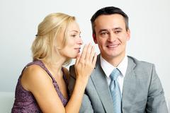 Kuva onnellinen mies ja nainen puhuu ja nauraa Kuvituskuvat