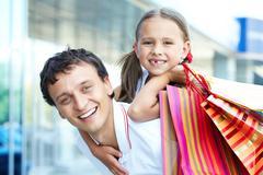 Muotokuva isä ja tytär ja ostoskasseja takaisin Kuvituskuvat