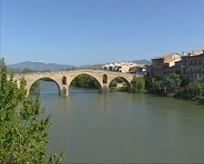Bridge over Rio Arga at Puenta la Reina + pan village Stock Footage