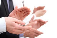 Kuva liikenainen kädet taputtaa tausta-kumppaneita Kuvituskuvat