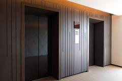 Moderni hissi suljettujen ovien Kuvituskuvat