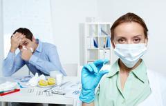 Kuva sairas liikemies työskentelee toimistossa sairaanhoitaja tilalla ruisku for Kuvituskuvat