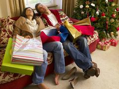 Nuori espanjalainen pari lepää jälkeen jouluostoksille Kuvituskuvat