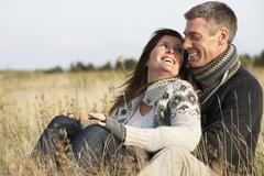 Romanttinen nuori pari syksyllä maiseman Kuvituskuvat