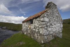 Hut idyll romantic stone in irish landscape Stock Photos