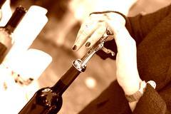 Musta valkoinen pullo korkkiruuvi auki häät viini Kuvituskuvat