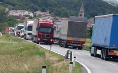 Auton maantiellä pakettiauton talouden tavarat Kuvituskuvat
