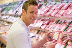 Mies ostokset lihan ruokakauppaan Kuvituskuvat