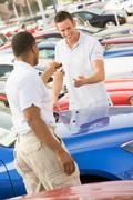 Mies ostamassa uutta autoa Kuvituskuvat