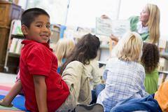 Student-luokan katsot kameraa opettajan käsittelyssä taustalla (valikoiva Kuvituskuvat