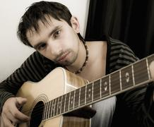 Nuori mies kitara Kuvituskuvat