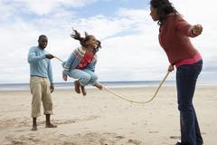 Perhe leikkivät rannalla Kuvituskuvat