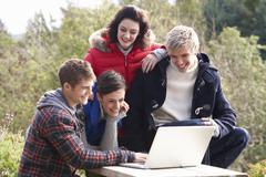 Opiskelijat kannettavan tietokoneen Kuvituskuvat