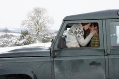 Nuori pari autoa lumessa Kuvituskuvat