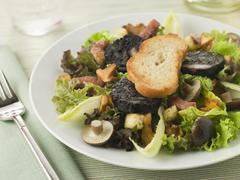 Salaatti Maison - Boudin Noir Bacon ja sienet Kuvituskuvat