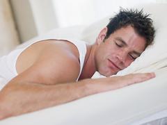 Mies makaa sängyssä nukkuminen Kuvituskuvat