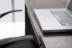 Tyhjä tuoli ja-pöytä kannettava tietokone Kuvituskuvat