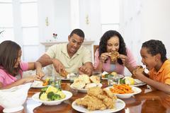 Perhe ottaa ateria yhdessä kotona Kuvituskuvat