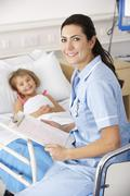 Nurse with child patient in UK Accident and Emergency Stock Photos
