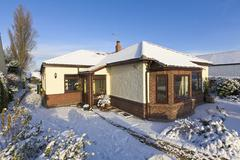 Bungalow in winter snow, wirral, merseyside, england Stock Photos