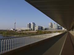 Vienna Danube kaupunki itävalta silta torni-muodossa Kuvituskuvat