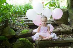 Pikkutyttö pukeutumista satu baletti Prinsessa hänen syntymäpäiväänsä varten Kuvituskuvat