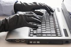 Hanskat käsissä kannettava tietokone rikos rikollinen teko Kuvituskuvat