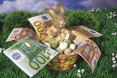 Pääsiäispupu istuu kori täynnä rahaa kani muna Kuvituskuvat